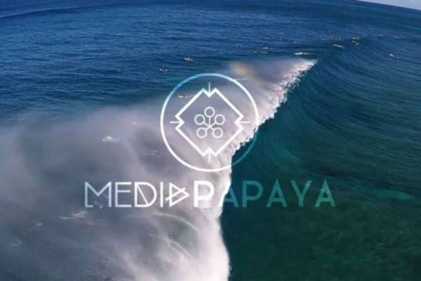 Hawaiiii… Bombayyyy….  by MEDIA PAPAYA y un extra de Mecano